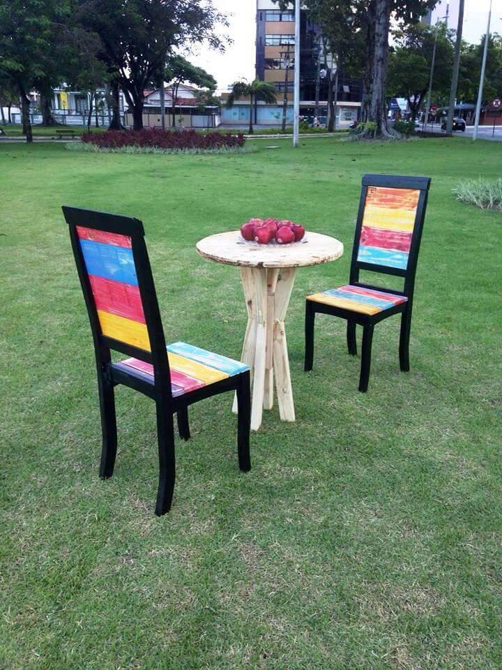 awesome pallet chairs with round table
